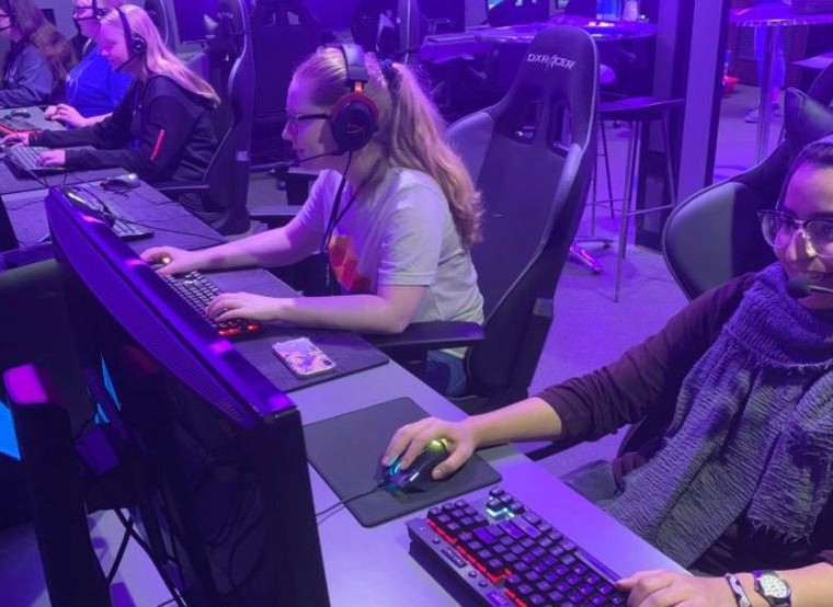 Top 5 Female Gamers